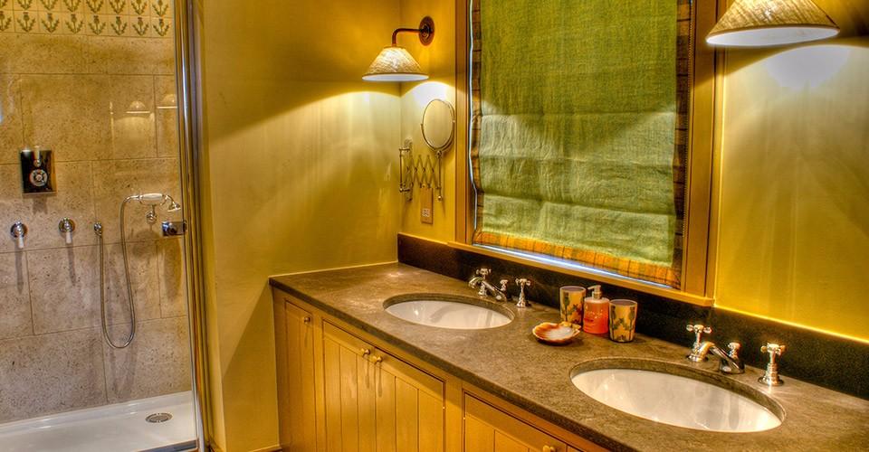 eilean-donan-cottage-downstairs-bathroom